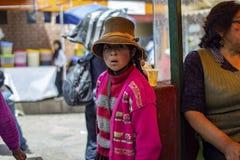 Einheimisches junges Mädchen, das traditionelle Kleidung trägt lizenzfreie stockfotografie