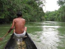 Einheimisches piaroa im gebürtigen Boot, Cataniapo-Fluss Amazonas-Zustand Venezuela Lizenzfreie Stockfotografie