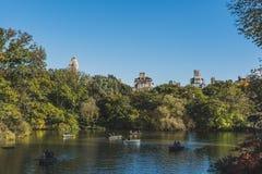 Einheimischruderboote in einem See in Central Park, an einem sonnigen Herbsttag lizenzfreie stockfotos