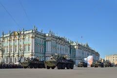 Einheit APC die UDSSR-Flagge auf dem Palastquadrat während einer Wiederholung O lizenzfreie stockfotos