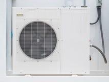 Einheiten der Klimaanlage im Freien außerhalb des Gebäudes Stockbild