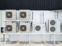 Einheiten der Klimaanlage im Freien außerhalb des Gebäudes Lizenzfreie Stockfotos