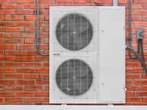 Einheiten der Klimaanlage im Freien außerhalb des Gebäudes Lizenzfreies Stockbild