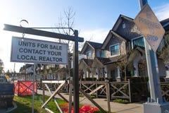 Einheiten für Verkaufskontakt Ihr lokaler Grundstücksmakler singen Vor einem Haus in einer Wohnnachbarschaft stockfoto