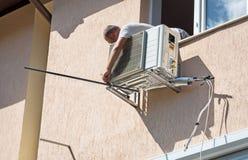 Einheitskompressor der Klimaanlage installieren im Freien außerhalb des Hauses lizenzfreie stockfotografie