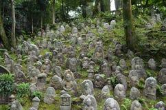 Einige abgenutzte Buddha-Statuen Stockbild