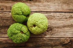 Einige Adam-` s Äpfel auf hölzerner Ebenenlage Stockbild