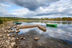 Einige alte Boote auf der Flussbank, schöne Landschaft mit Dram Stockfoto