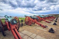 Einige alte Kanonen an den Wänden von Kronborg ziehen sich zurück lizenzfreie stockfotografie
