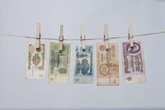 Einige alte sowjetische Banknoten auf einem Seil Stockfotos