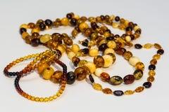 Einige Arten bernsteinfarbige Halskette lizenzfreie stockfotos