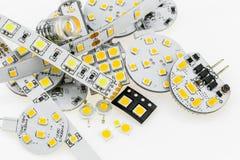 Einige Birnen G4 LED mit unterschiedlicher Elektronik und LED streift a ab Stockfotos