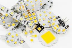 Einige Birnen G4 LED mit unterschiedlicher Elektronik und LED streift a ab Stockbilder