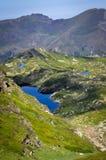 Einige Blau-Teiche im Grün von Pyrenäen Stockfotografie