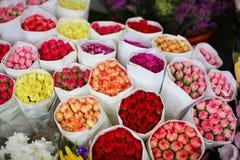 Einige Blumensträuße der Gartennelke bereit zum Verkauf in einem Straßenblumenmarkt lizenzfreie stockbilder