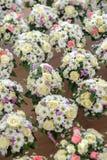 Einige Blumensträuße in einigen Gläsern Champagner lizenzfreies stockfoto