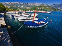 Einige Boote in Budva Stockfotos