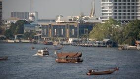 Einige Boote, die in beschäftigten Bangkok-Fluss reisen stock video