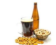 Einige Brezeln und Pistazien mit Bier lizenzfreies stockbild