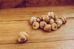 Einige Eicheln auf dem Holztisch stockfoto
