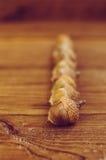 Einige Eicheln auf dem Holztisch stockfotos