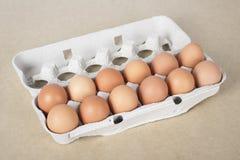 Einige Eier auf der Brown-Tabelle Lizenzfreie Stockfotos