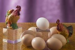 Einige Eier auf einem hellen Hintergrund Lizenzfreie Stockfotografie