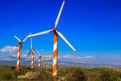 Einige enorme moderne Windmühlen Stockfoto