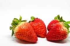 Einige Erdbeeren auf einem weißen Hintergrund Stockfotos