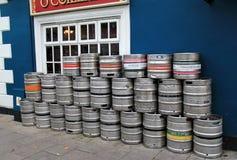 Einige Fässer stellten äußere populäre Kneipe, Pat Collins Bar, Adare, Irland, im Oktober 2014 ein Lizenzfreie Stockfotos