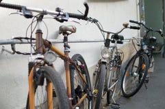 Einige Fahrräder an der Wand stockfotos