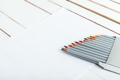 Einige farbige Bleistifte auf dem Papier Stockfotos