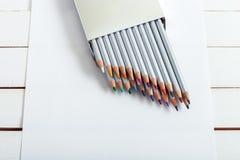Einige farbige Bleistifte auf dem Papier Lizenzfreie Stockbilder
