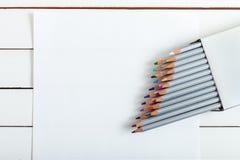 Einige farbige Bleistifte auf dem Papier Lizenzfreies Stockfoto