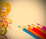 Einige farbige Bleistifte und Schnitzel Stockfotografie