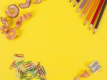Einige farbige Bleistifte von verschiedenen Farben und von Bleistiftspitzer Lizenzfreies Stockbild