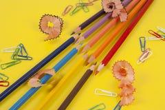 Einige farbige Bleistifte von verschiedenen Farben und von Bleistiftspitzer Stockbilder