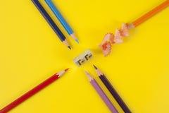 Einige farbige Bleistifte von verschiedenen Farben und von Bleistiftspitzer Stockfoto