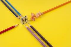 Einige farbige Bleistifte von verschiedenen Farben und von Bleistiftspitzer Lizenzfreie Stockbilder