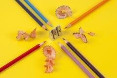 Einige farbige Bleistifte von verschiedenen Farben und von Bleistiftspitzer Lizenzfreie Stockfotos