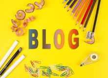 Einige farbige Bleistifte von verschiedenen Farben und von Schnitzeln eines Bleistiftspitzers und des Bleistifts auf dem gelben H lizenzfreie stockfotografie