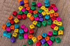 Einige farbige Würfel mit Buchstaben Stockbilder