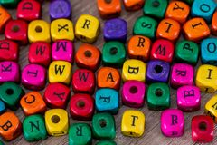 Einige farbige Würfel mit Buchstaben Stockfoto