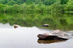 Einige Felsen, die über das Wasser steigen lizenzfreie stockfotos