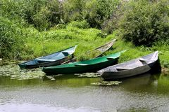 Einige Fischerboote auf dem Ufer Stockbilder