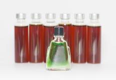 Einige Flaschen flüssige Medizin stockfotos