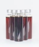 Einige Flaschen flüssige Medizin lizenzfreie stockfotos