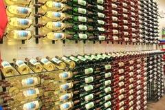 Einige Flaschen würzige Weine vereinbarten auf Wänden, Adirondack-Weinkellerei, See George, NY, 2016 Stockfotos