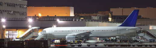 Einige Flugzeuge, die an einem Flughafen nachts verschalen Stockfotos