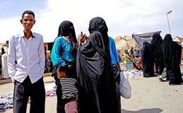 Einige Frauen mit Schleier und burqain das souk der Stadt von Rissani in Marokko Lizenzfreies Stockfoto